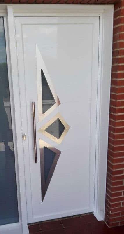 Puerta de aluminio con dibujo decorativo