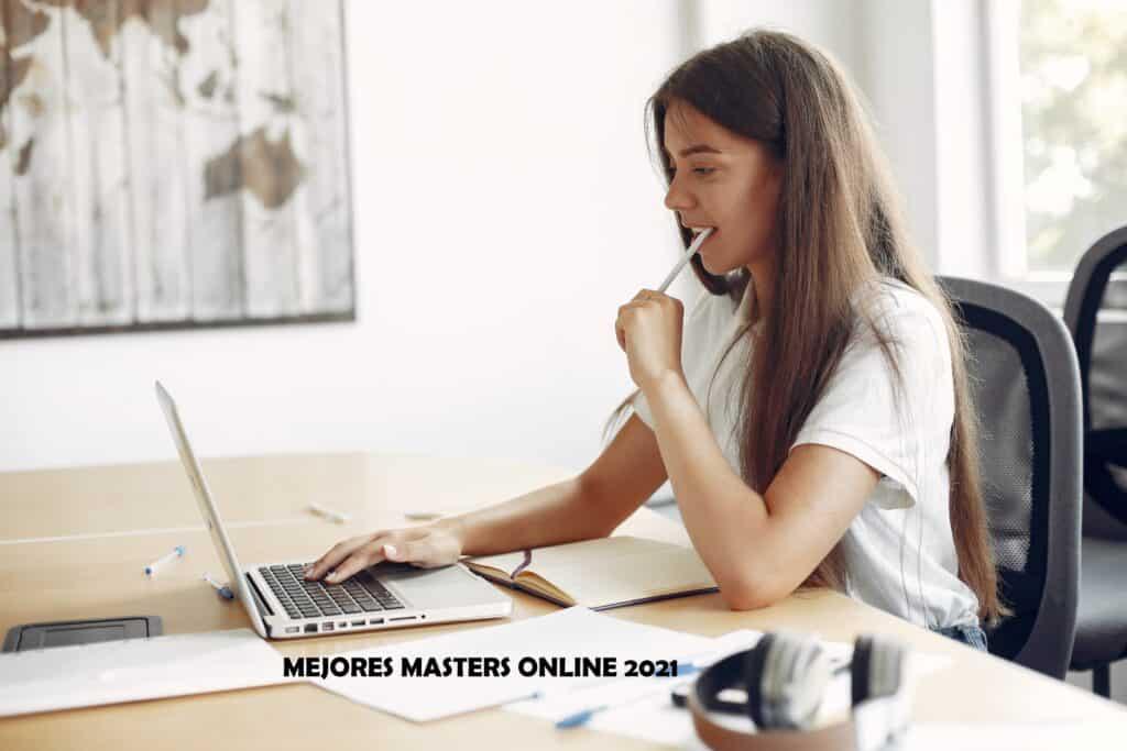 joven estudiando master online